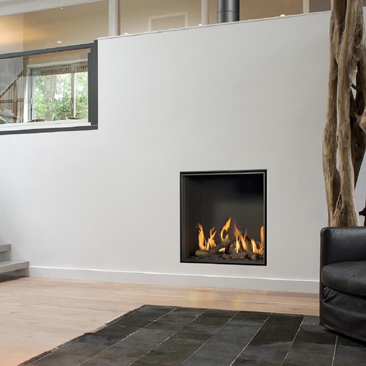 offener kamin mit glasscheibe glas und eine fassade aus gebrstetem edelstahl lassen diesen. Black Bedroom Furniture Sets. Home Design Ideas
